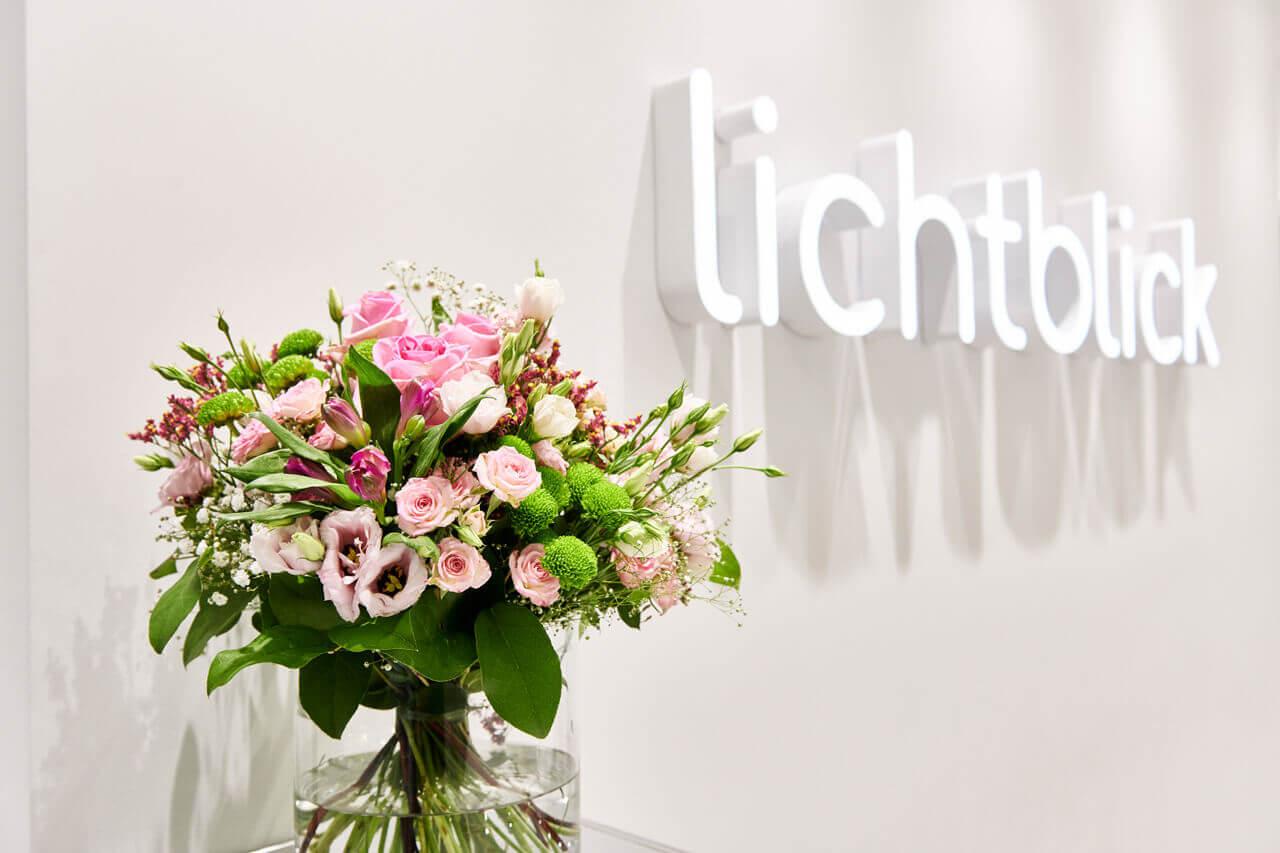 Blumen im Empfangsbereich der Zahnarztpraxis Lichtblick von Zahnarzt Dr. Andreas Koch in Zirndorf